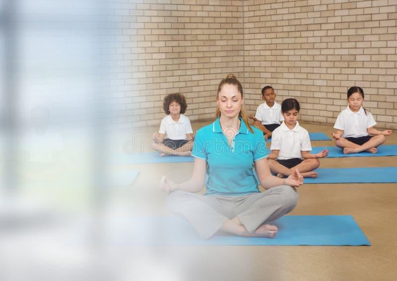 Meditationlärare med grupp av barn arkivfoton