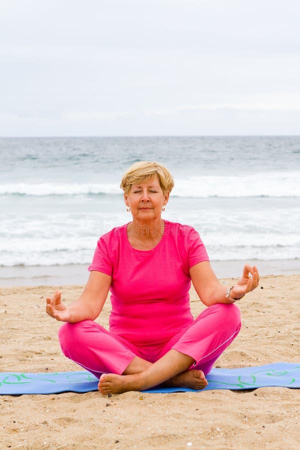 meditationpensionär arkivfoto