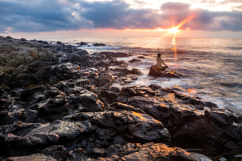 Meditations-Frau bei Strandsonnenuntergang stockbilder