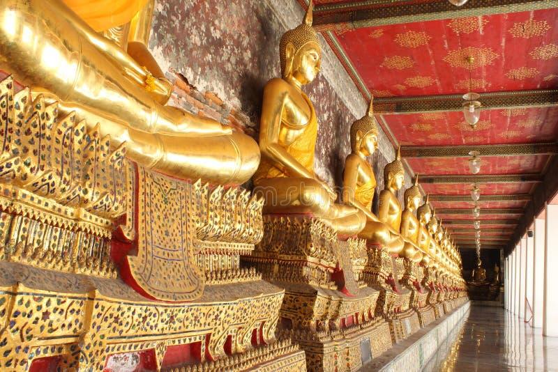 Meditationsbuddha-Statuen in buddhistischer Tempel wat suthat, Bangkok, stockfotografie