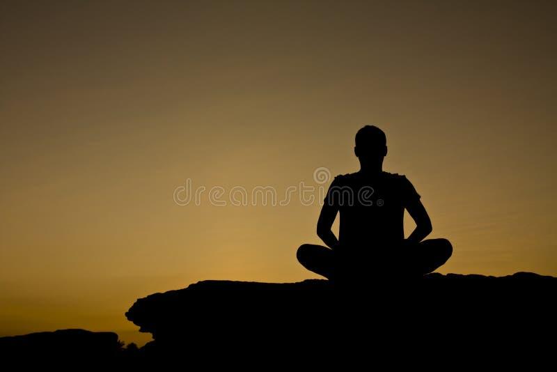 meditationsilhouette royaltyfria foton