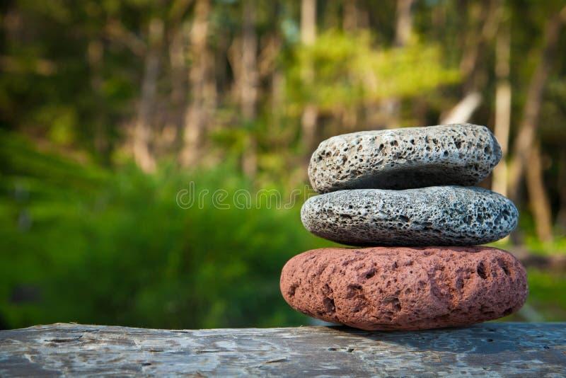 Meditationstenar balanserade vaggar i natur royaltyfria bilder