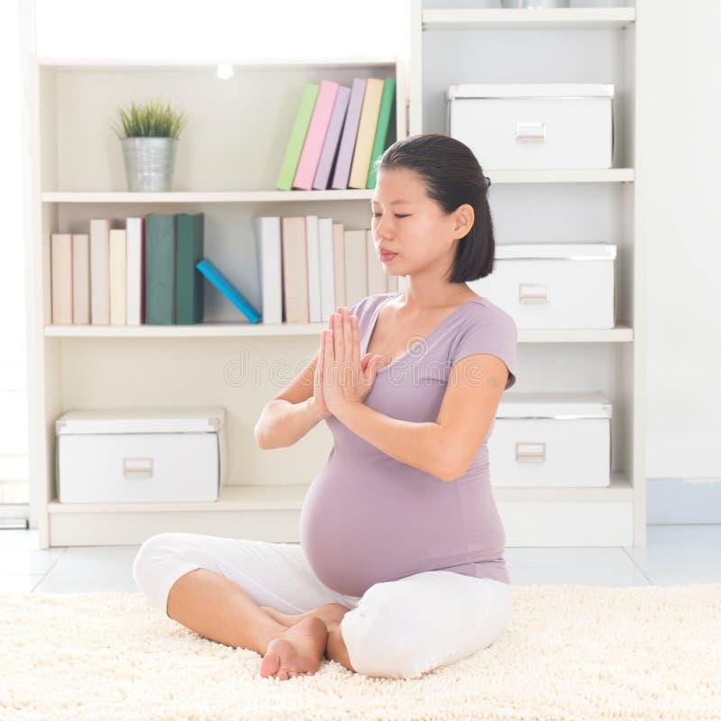 Meditationsyoga zu Hause stockbilder