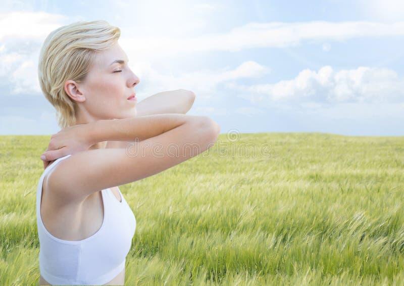 Meditativt lugna för kvinna koppla av av naturen fältet royaltyfri foto