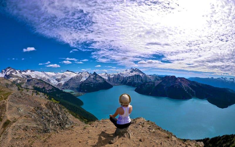 Meditazione con il lago, Mounains e le nuvole immagini stock