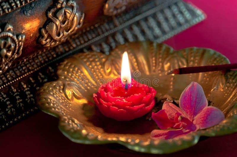 Meditazione con incenso - foto di riserva fotografia stock