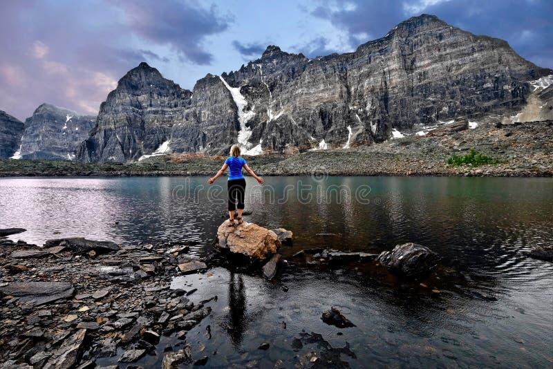 Meditazione dal lago in valle di dieci picchi Pace interna fotografie stock libere da diritti