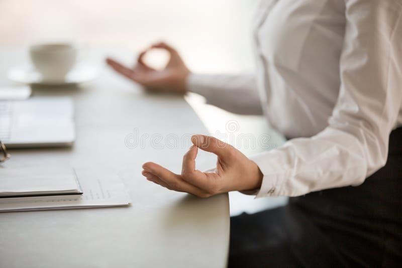 Meditazione dell'ufficio per la riduzione del concetto di stress da lavoro, mani femminili immagini stock libere da diritti