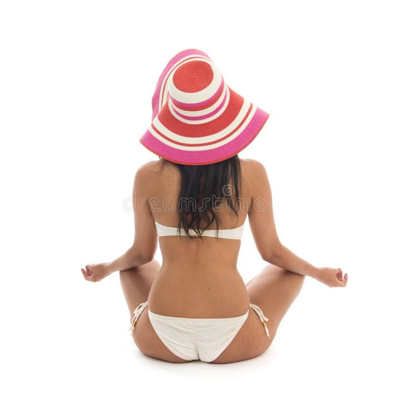Meditazione della donna alla spiaggia fotografia stock