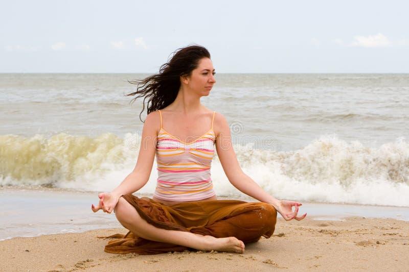 Meditazione nella spiaggia fotografie stock
