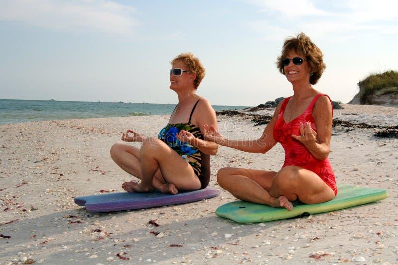 Meditazione delle donne sulla spiaggia fotografia stock libera da diritti