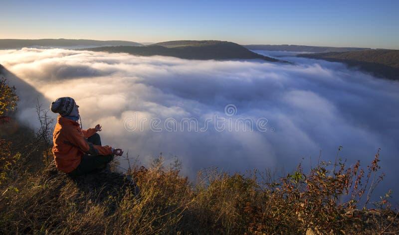 Meditazione di mattina in natura fotografia stock libera da diritti