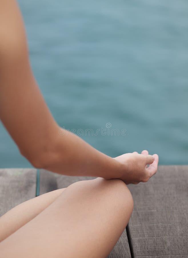 Meditazione di seduta fotografia stock