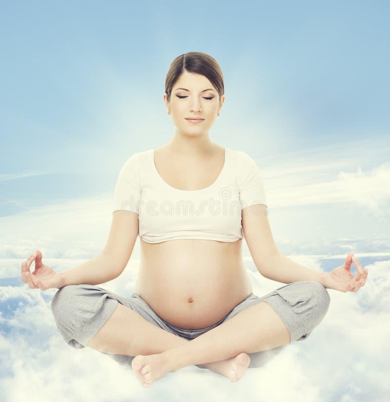 Meditazione di yoga della donna incinta La salute di gravidanza si rilassa l'esercitazione fotografia stock libera da diritti