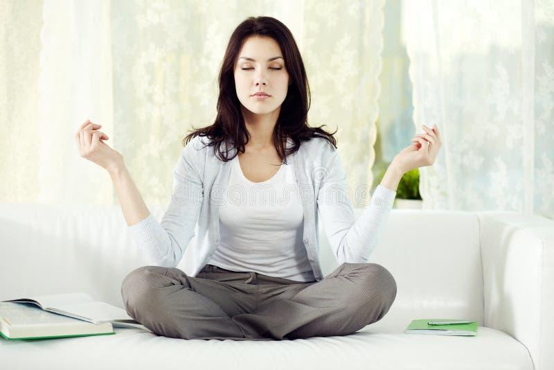 Meditazione domestica immagini stock