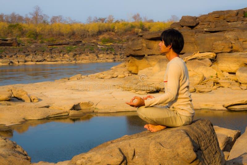 Meditazione in natura immagini stock