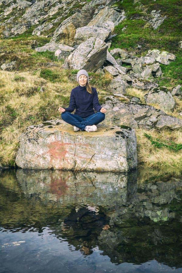 Meditazione nella natura fotografia stock