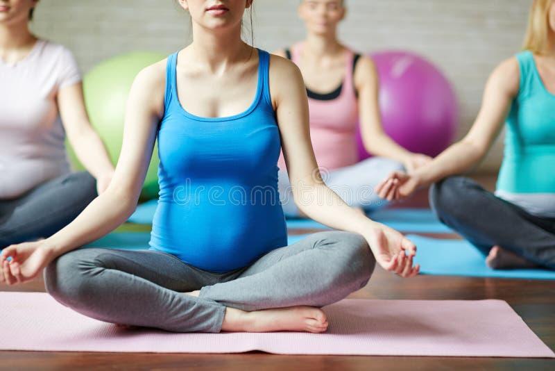 Meditazione per incinto immagine stock