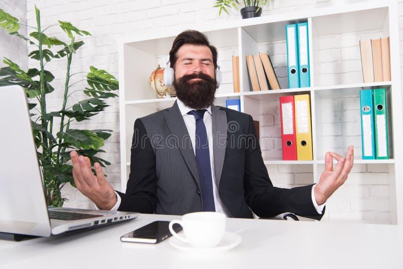 Meditazione in ufficio Gestione delle crisi Salute mentale Esercizi di calmante Attività di calmante Idea di ispirazione fotografie stock libere da diritti