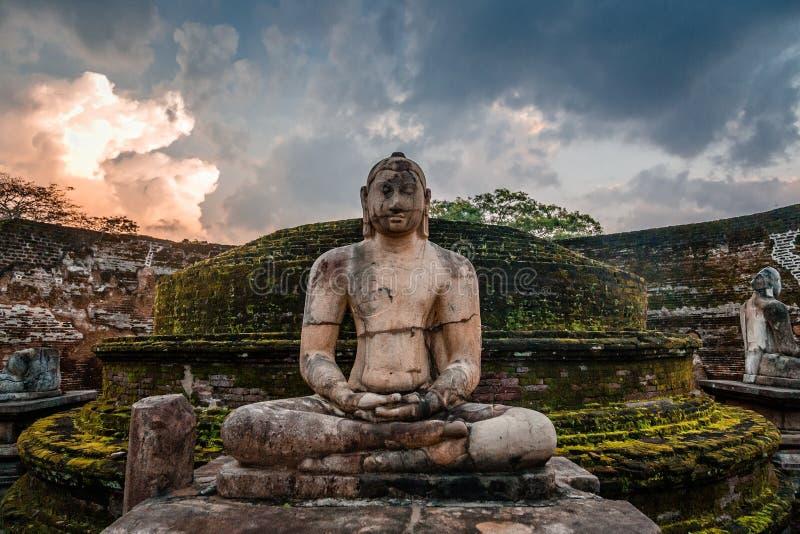 Meditera den buddha statyn i forntida stad av Polonnaruwa, norr centralt landskap, Sri Lanka fotografering för bildbyråer