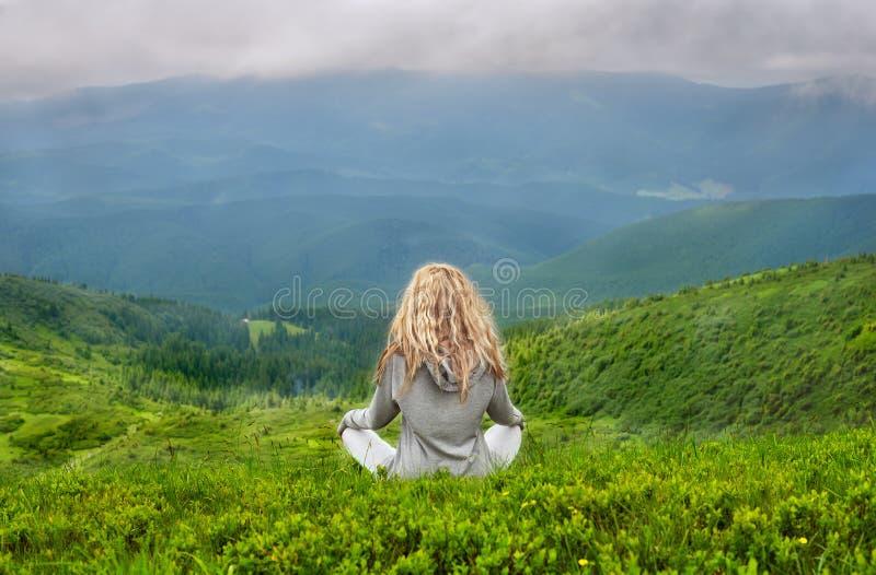 Meditera för Ayoung blont Caucasian kvinna royaltyfria foton