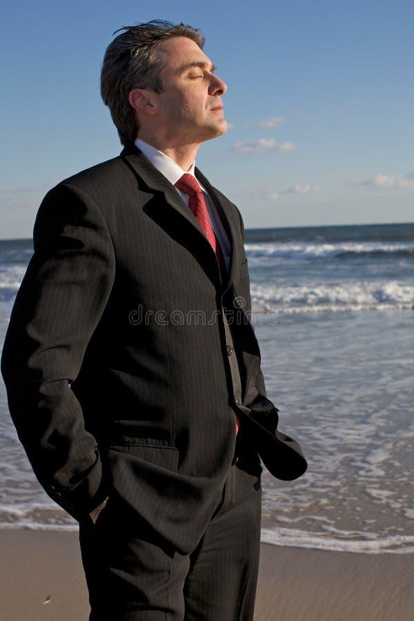 meditera för strandaffärsman royaltyfri foto