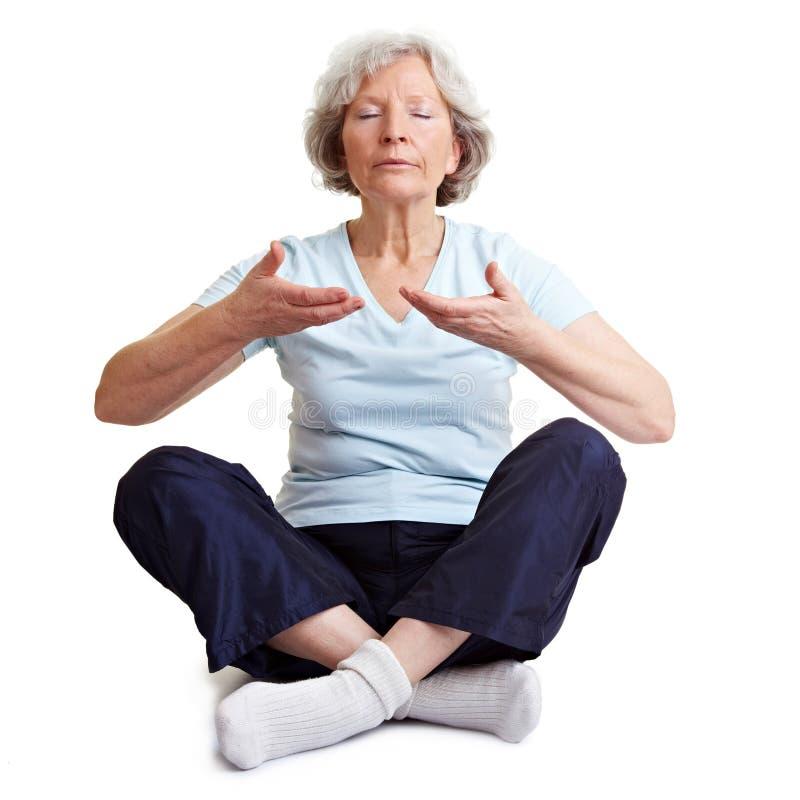 meditera gammal kvinna royaltyfri fotografi