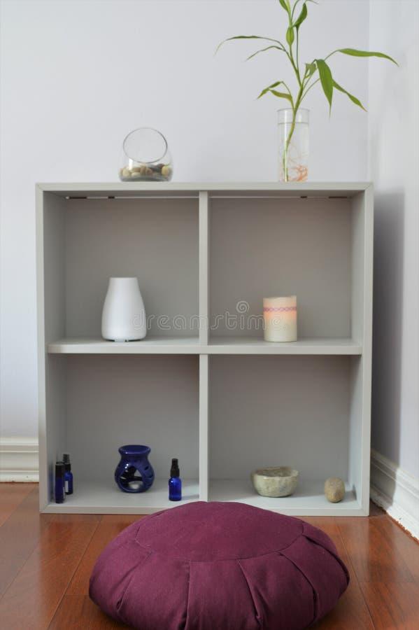 Meditera hemma med meditationkudden i tyst och fridsamt rum Dharma Spiritual Practice royaltyfri bild