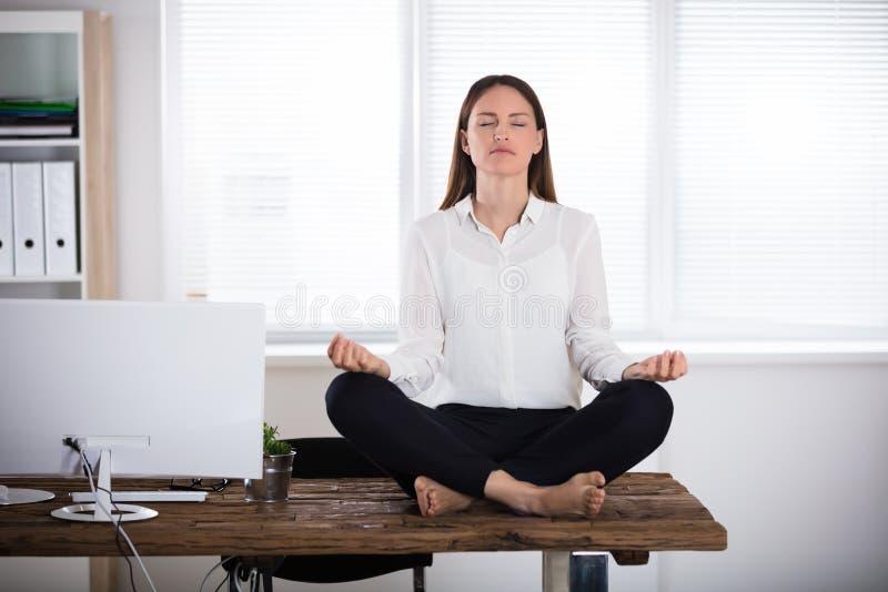meditera kontorsbarn för affärskvinna arkivfoto