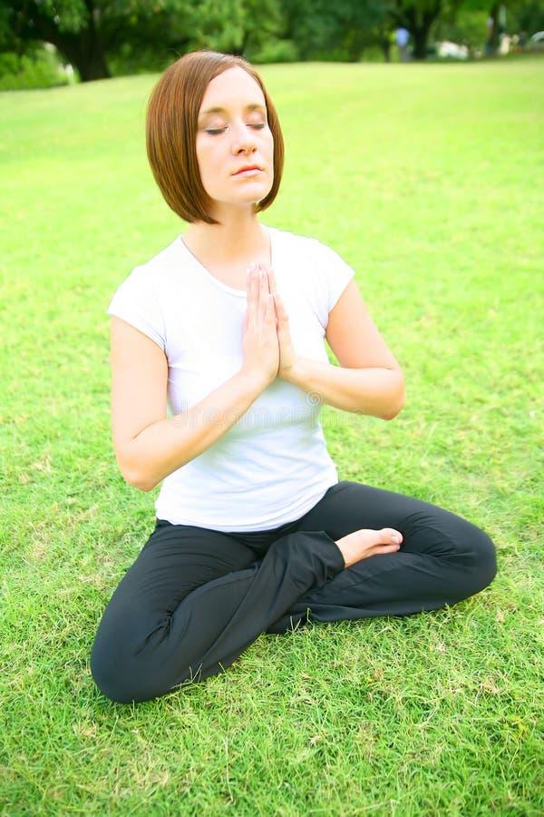 meditera kvinnabarn royaltyfri foto