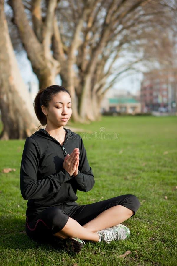 meditera kvinnayoga arkivbild