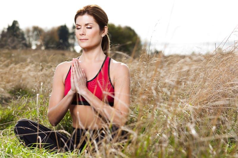 meditera kvinnayoga royaltyfria foton