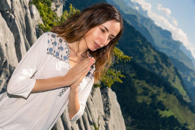 meditera naturkvinna royaltyfri fotografi