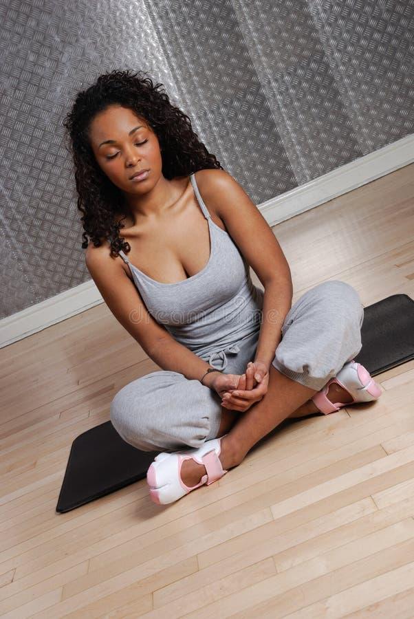 meditera utbildningskvinna för kondition royaltyfri fotografi