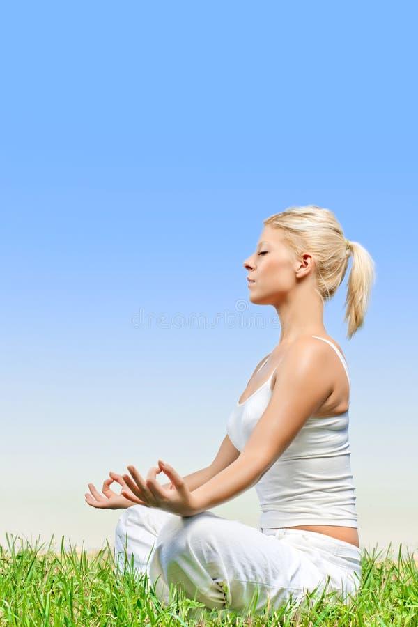 meditera utomhus kvinnan arkivfoton