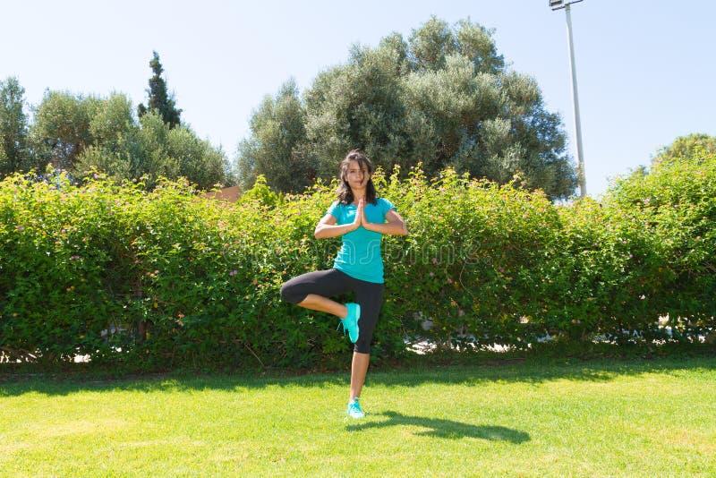 Mediterend jonge vrouw die een yoga doen stel op royalty-vrije stock fotografie