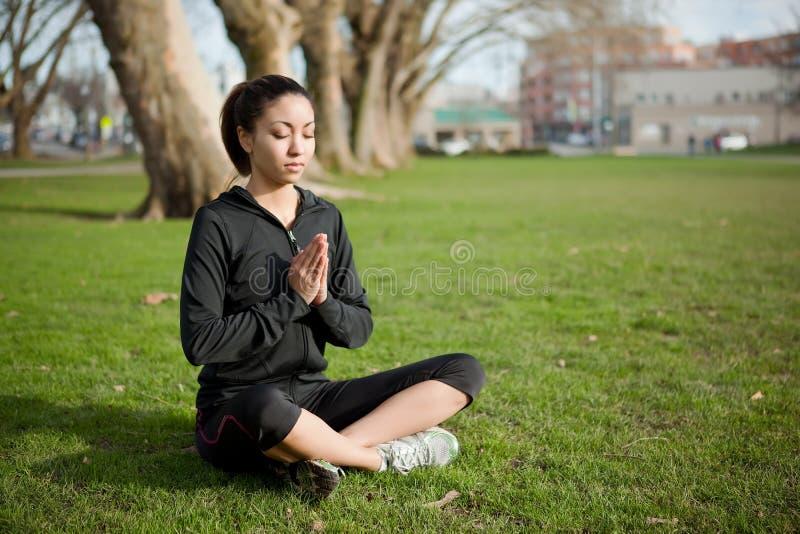 Mediterende yogavrouw stock fotografie