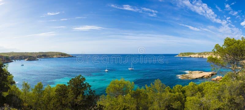 Mediterraan panorama in Ibiza, de Balearen stock afbeeldingen