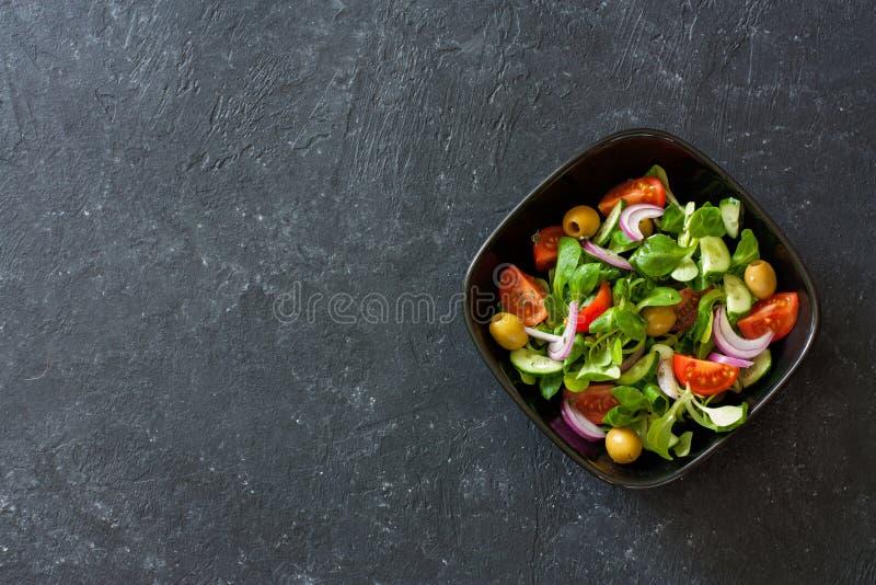 Mediterraan-stijlsalade met slagraan, olijven, tomaten royalty-vrije stock foto