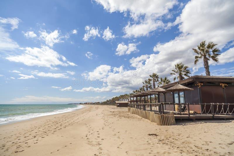 Mediterraan strand, terrasbar, royalty-vrije stock afbeelding