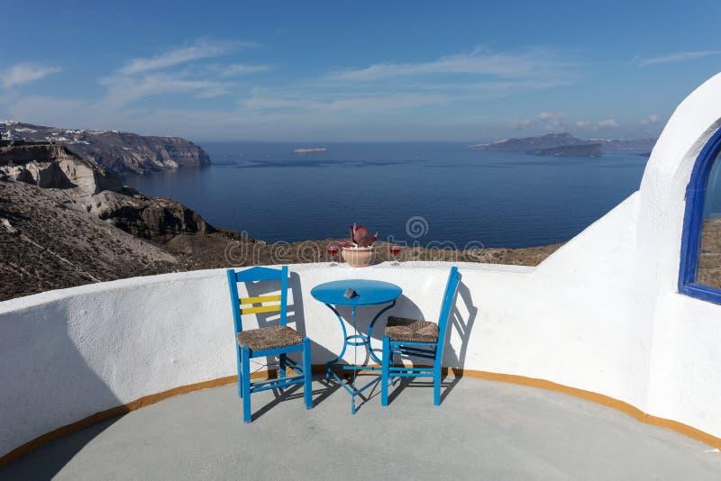 Mediterraan terras met verbazende mening van overzees en Caldera, Santorini stock afbeeldingen