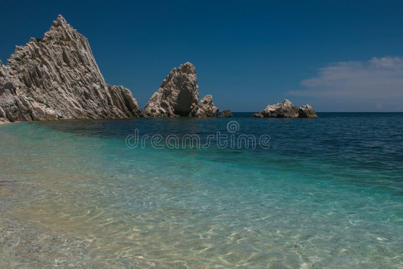 Mediterraan zeegezicht van Le Due Sorelle, beroemd strand van Conero royalty-vrije stock foto's