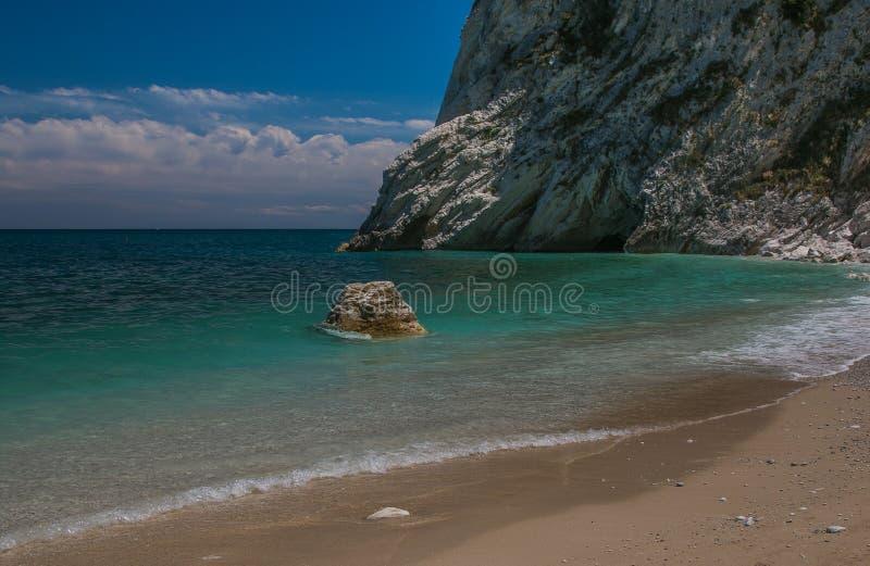 Mediterraan zeegezicht van Le Due Sorelle, beroemd strand van Conero stock afbeeldingen
