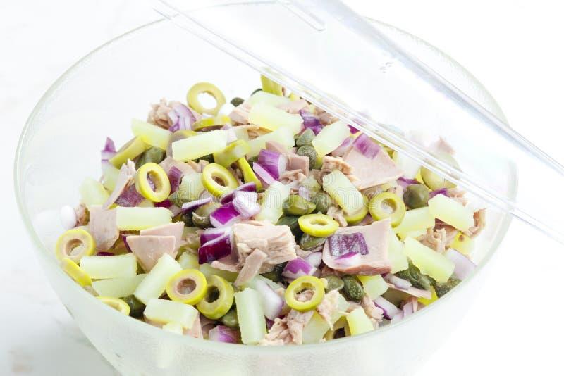 Mediterrane aardappelsalade met tonijnvissen stock foto