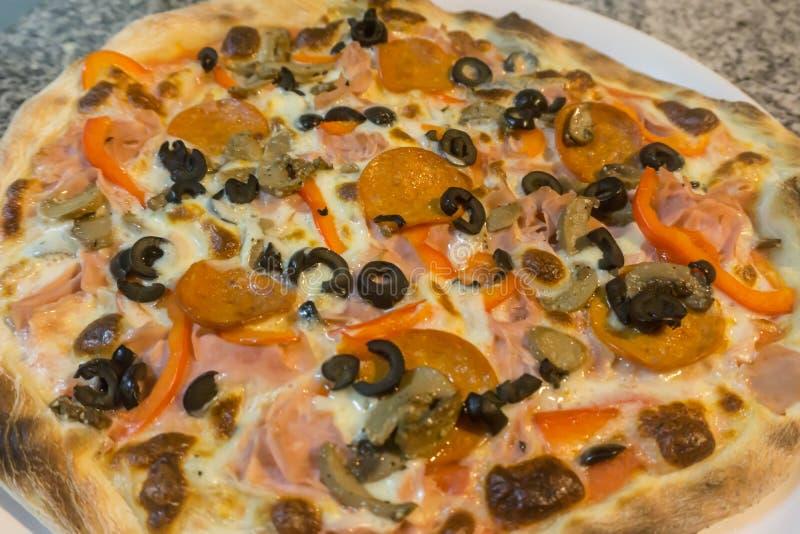 Mediterrane gemengde pizza stock afbeelding
