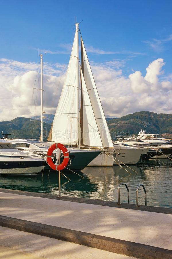 Mediterrane haven Montenegro, Tivat, mening van jachtjachthaven Porto Montenegro stock fotografie
