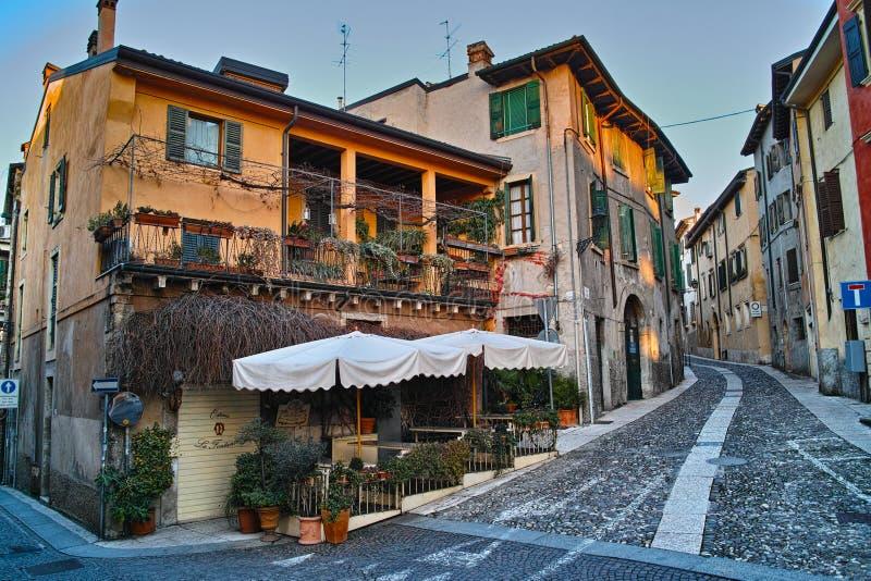 Mediterrane herberg bij straathoek stock foto's
