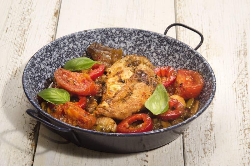 Mediterrane kippenfilet met groente stock afbeelding