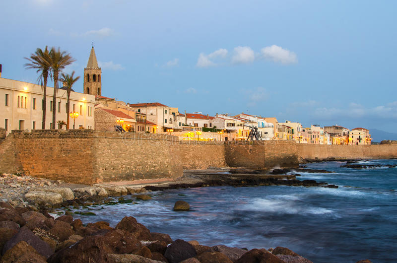 Mediterrane kust van Alghero, Sardinige in de zonsondergang stock afbeelding