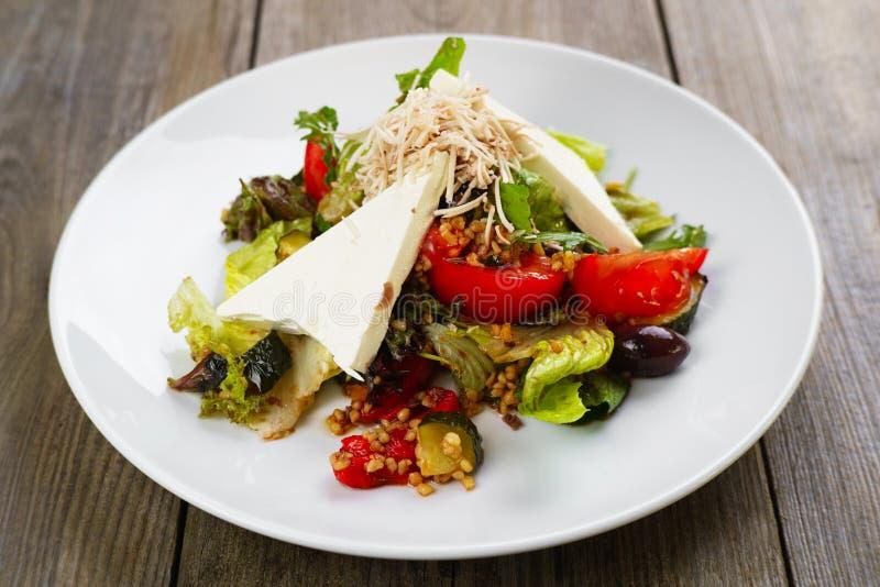 Mediterrane plantaardige salade met feta en cachou stock foto